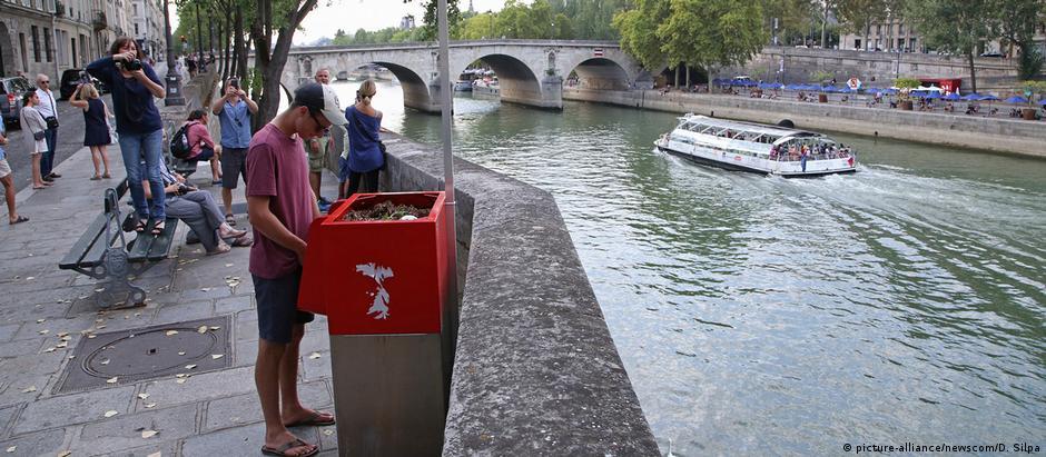 Κατακραυγή για τα υπαίθρια ουρητήρια στο Παρίσι