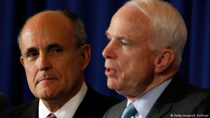 Fostul primar al New Yorkului, Rudolph Giuliani, anunţând, în 2008, că renunţă la candidatura sa prezidenţială şi o susţine pe a colegului său de partid, senatorul John McCain.