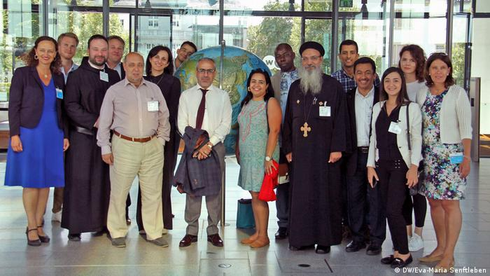Four religions, one world: Representatives of the Bahà'ì Faith, Judaism, Islam and Christianity at DW Akademie's media training in Bonn. (DW/Eva-Maria Senftleben)
