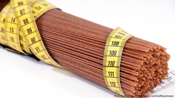 Symbolbild Ballaststoffreiche Diät - Vollkornspaghetti mit Maßband (picture-alliance/Bildagentur-online/Begsteiger)