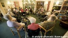 DEUTSCHLAND, RATINGEN, 17.05.2013, Alte Menschen bei einem gemeinsamen Stuhlkreis im Altenzentrum Haus Salem. | Keine Weitergabe an Wiederverkäufer.