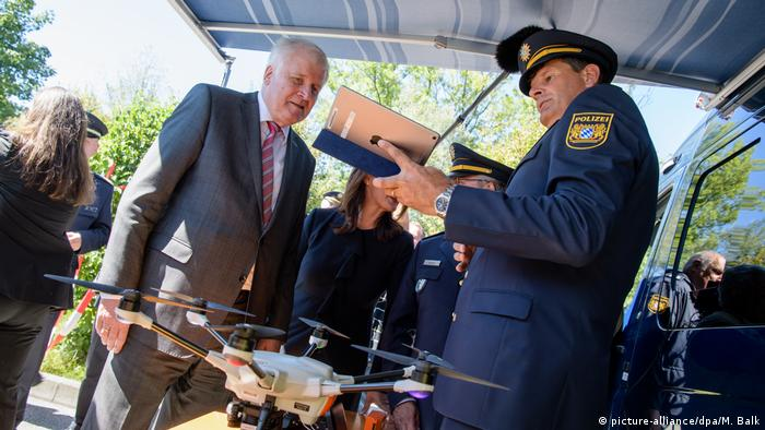 Seehofer visits Bavarian state police in Freilassing (picture-alliance/dpa/M. Balk)
