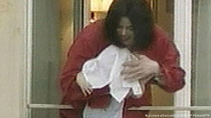 Майкл Джексон показывает своего ребенка