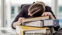 ARCHIV - ILLUSTRATION - 03.11.2014, Berlin: Eine Frau hat ihren Kopf auf die Unterlagen auf ihrem Schreibtisch gelegt. (zu dpa « «Schlaf gut, Kollege» - Wann macht der Büroschlaf Karriere?» vom 27.08.2018) Foto: Monique Wüstenhagen/dpa +++ dpa-Bildfunk +++ | Verwendung weltweit
