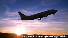 Flugzeug startet bei Sonnenuntergang