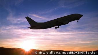 Самолет поднимается в небо на закате