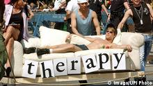 USA New York - Gay Parade mit Therapy Sofa