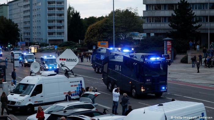 Polis iki tarafı birbirinden uzak tutmak için yoğun güvenlik önlemi aldı.