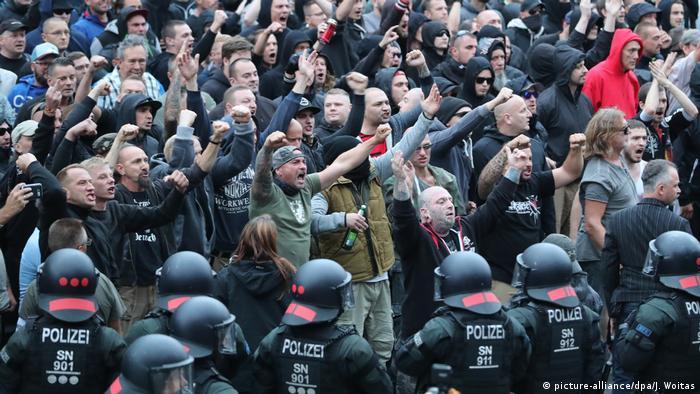 Maniestantes ante policías en Chemnitz
