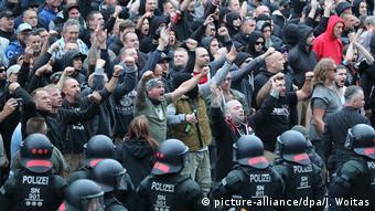 Правые радикалы во время протестов в Хемнице после убийства немца мигрантами