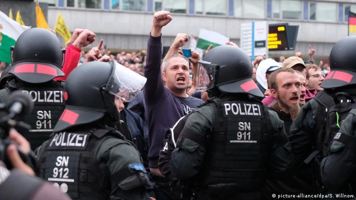 Scena z demonstracji skrajnej prawicy w Chemnitz