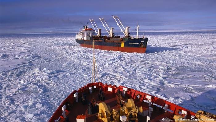 Schiffe im Nordpolarmeer (picture-alliance/Okapia/H. Kanus)