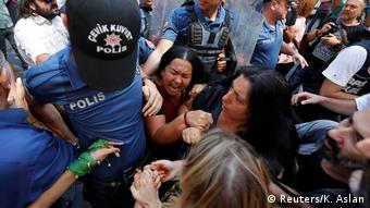 Αστυνομικοί απαγορεύουν σε μητέρες και συζύγους αγνοουμένων να διαδηλώσουν