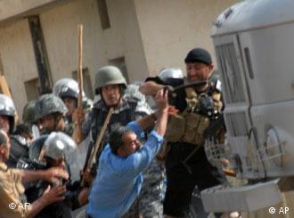 درگیری ماموران امنیتی عراق با مجاهدین خلق در اردوگاه اشرف