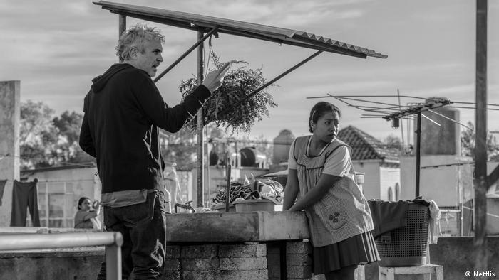 Un momento de la filmación de Roma: Alfonso Cuarón y Yalitza Aparicio.