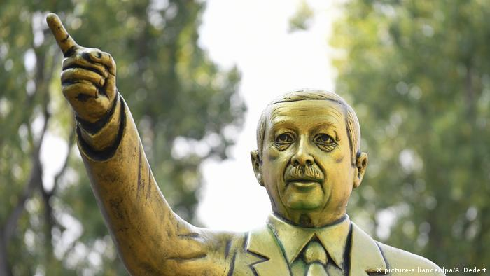 Golden statue of Recep Tayyip Erdogan (picture-alliance/dpa/A. Dedert)