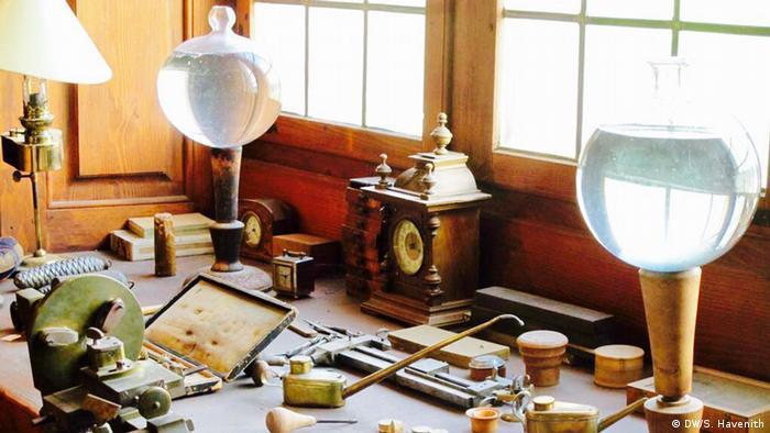 Uhrmacherbank mit zwei Glaskugeln