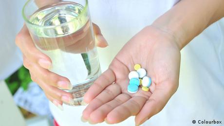 Tabletten schlucken (Colourbox)