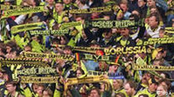Zuschauer von Borussia Dortmund mit Fanschals (Foto: dpa)