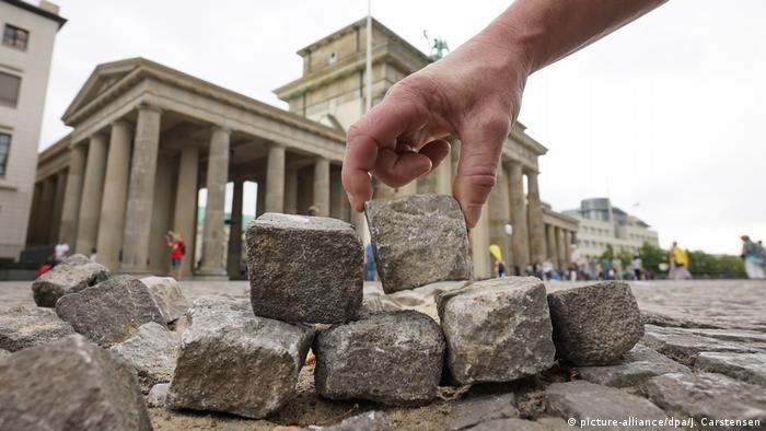 Около Бранденбургских ворот в Берлине