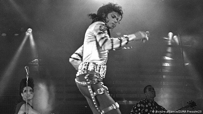 Michael Jackson tanzend auf der Bühne. (Bad World Tour 1988) (picture-alliance/ZUMA Press/m23)