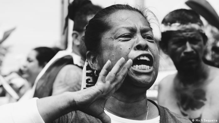 Exposición fotgráfica Miradas en Resistencia Gritamos por Nicaragua, Mujer en manifestación (Mich Sequeira)