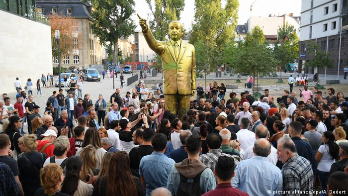 Goldene Erdogan-Statue in Wiesbaden (picture alliance/dpa/A. Dedert)