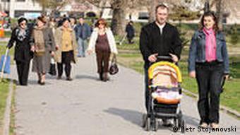 Mazedonien Land und Leute junge Familie im Park