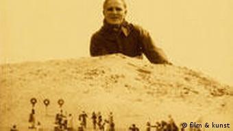 Trickbild: ein Mann blickt auf eine Landschaft mit vielen (kleinen) Menschen - Szenebild aus Wunder der Schöpfung (film & kunst GmbH)