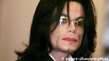 ARCHIV - 24.05.2005, USA, Santa Maria: US-Popstar Michael Jackson. Die Nachricht von seinem Tod schockierte die Welt: Im Juni 2009 starb Michael Jackson im Alter von 50 Jahren. 2018 wäre der «King of Pop» 60 Jahre alt. (zu dpa-KORR.: Der «King of Pop» wäre 60 - Michael Jacksons Leben wird gefeiert vom 28.08.2018) Foto: Mata/epa pool/dpa +++ dpa-Bildfunk +++  