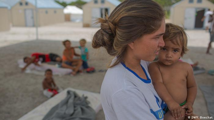 Raquel Hernandez, com o filho mais novo, espera em abrigo de Boa Vista