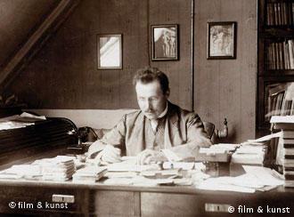 Mann am Schreibtisch - Szenenfoto S/W - (film und kunst gmbh)