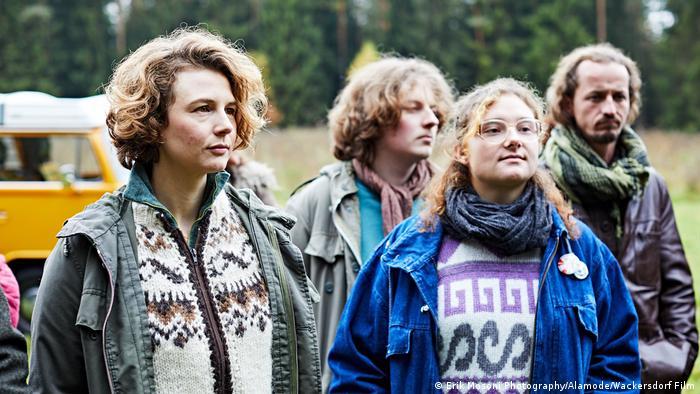 Filmstill aus Wackersdorf von Oliver Haffner: Vier Menschen stehen vor einem Bully (Erik Mosoni Photography/Alamode/Wackersdorf Film)
