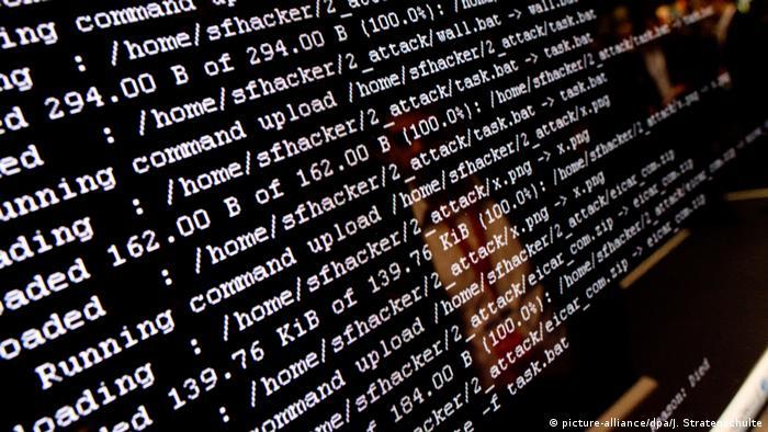Монитор компьютера с компьютерными кодами