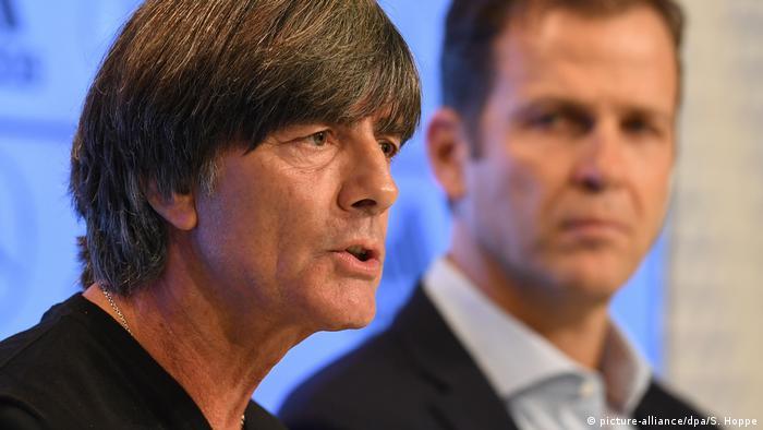 Deutschland Präsentation der Analyse zur Fußball-WM | Joachim Löw und Oliver Bierhoff (picture-alliance/dpa/S. Hoppe)