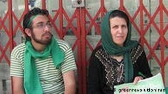 پروین فهیمی به همراه فرزندش سهراب اعرابی در راهپیمایی ۲۵ خرداد ۱۳۸۸