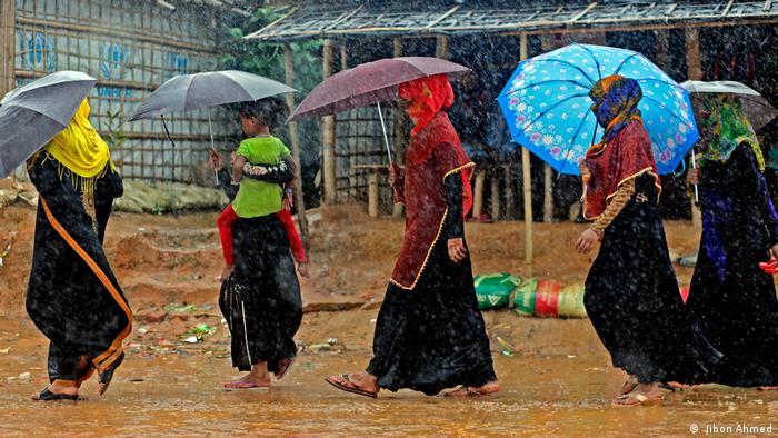 La temporada de lluvias afecta el campamento de refugiados en Kutupalong, Bangladés. Más de un millón de musulmanes rohinyás huyen de las tropas de Birmania hacia el estado vecino. Bangladés es uno de los países más pobres del mundo y está abrumado por la situación. Kutupalong es actualmente el campo de refugiados más grande del mundo.