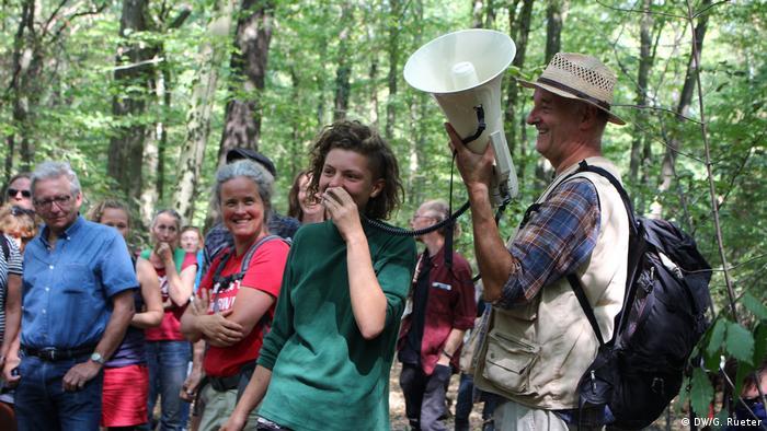 Durante una sesión de preguntas y respuestas, una habitante del bosque responde preguntas sobre la vida en el bosque.