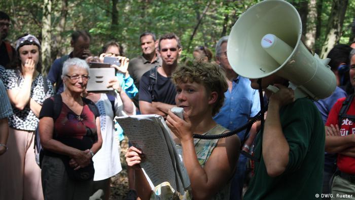 Activistas en acción en el bosque Hambach.