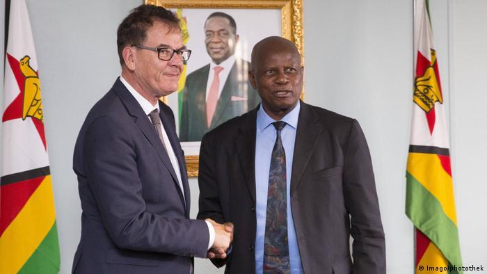 German development minister Gerd Müller shakes hands with Zimbabwe's former finance minister Patrick Chinamasa (Imago/photothek)