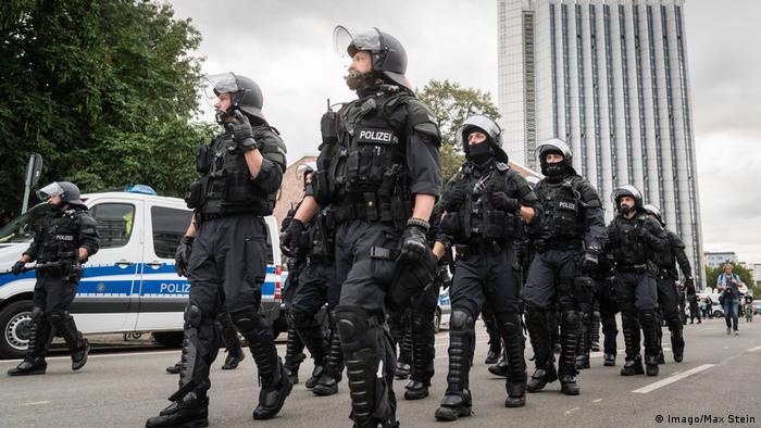 Deutschland Demo in Chemnitz - Polizisten (Imago/Max Stein)