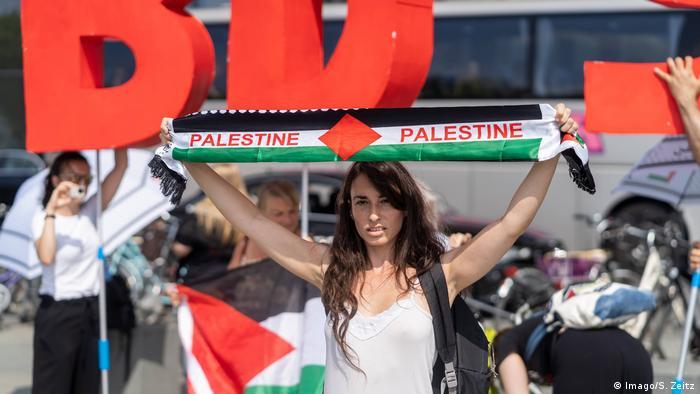 Žena sa šalom na kojem piše Palestina