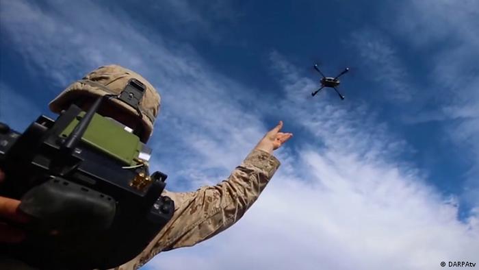 Stills für die SHIFT-Ausgabe vom 03.09.2018 Soldat mit Drohne