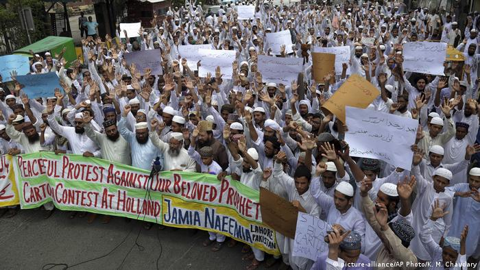 Pakistanis protest against Dutch politician Geert Wilders' plan to hold a Prophet Muhammad cartoon contest