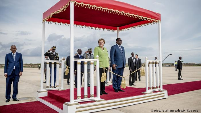 Senegal - Angela Merkel besucht Senegal (picture-alliance/dpa/M. Kappeler)
