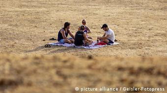Hitzesommer 2018 Deutschland Studenten auf einer verdorrten Wiese (picture alliance / Geisler-Fotopress)