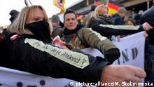 Auf dem Arm einer vermummten Demonstrantin ist am 09.01.2016 in Köln (Nordrhein-Westfalen) der Schriftzug Eine Armlänge Abstand! aufgeklebt. Die Demonstration unter dem Motto «Pegida schützt!» steht im Zusammenhang mit den Massenübergriffen auf Frauen in der Silvesternacht in Köln.
