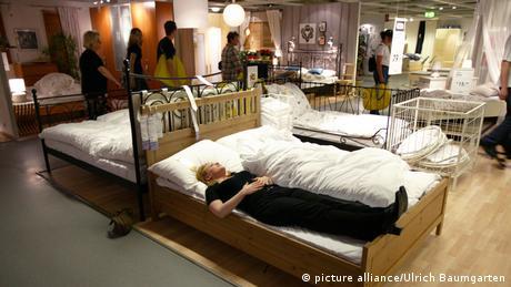Žena leži na krevetu u trgovini Ikee