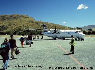 Touristen steigen in ein Flugzeug ein (Foto: picture alliance/dpa)