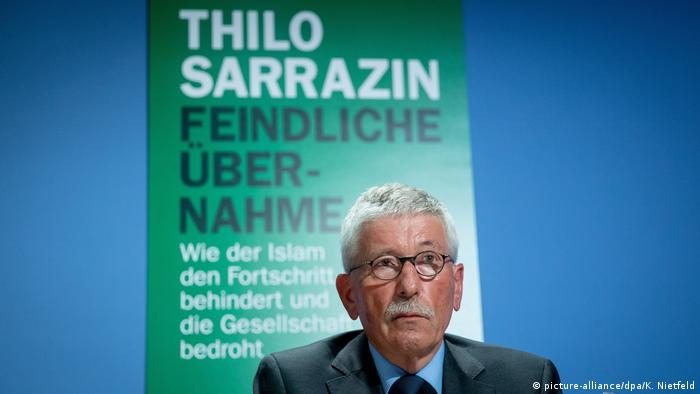 Thilo Sarrazin presenting his book Hostile Takeover (picture-alliance/dpa/K. Nietfeld)